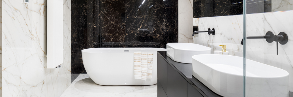 Panorama,Of,Elegant,Bathroom,In,Marble,Tiles,On,Walls,And
